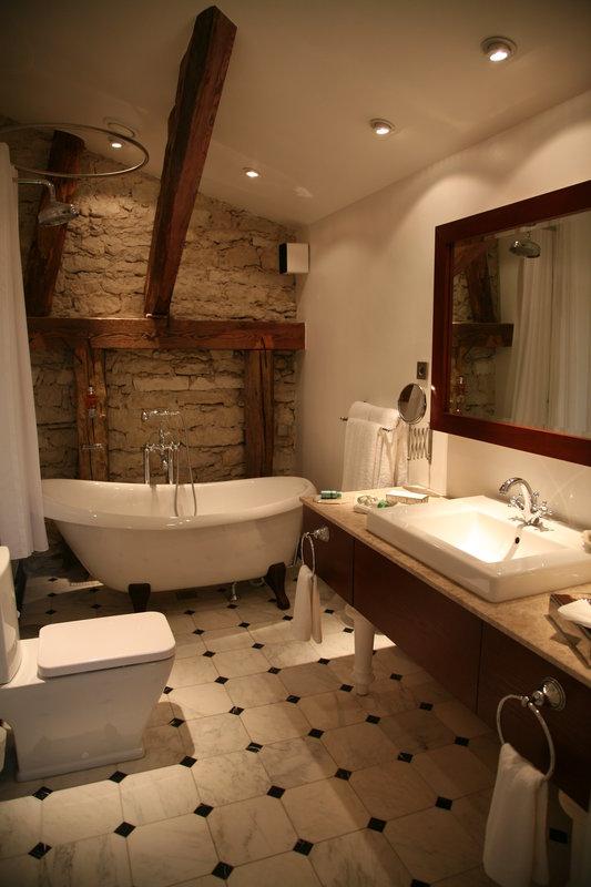 Bathroom of the Superior Junior Suite at the Manor