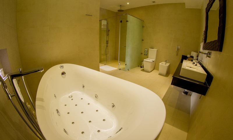 Luxury Villa moodlit bathtub