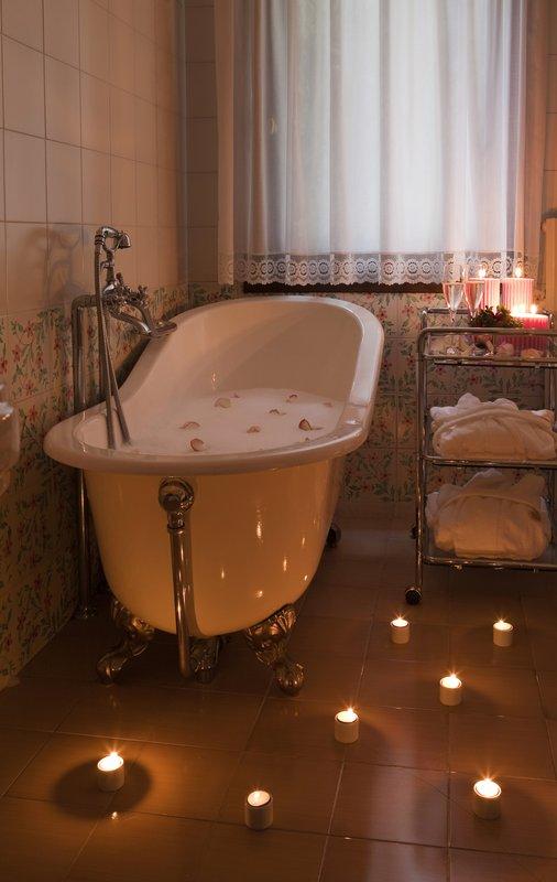 Antique-style bathtub