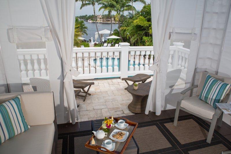 Queen Poolside Cabana