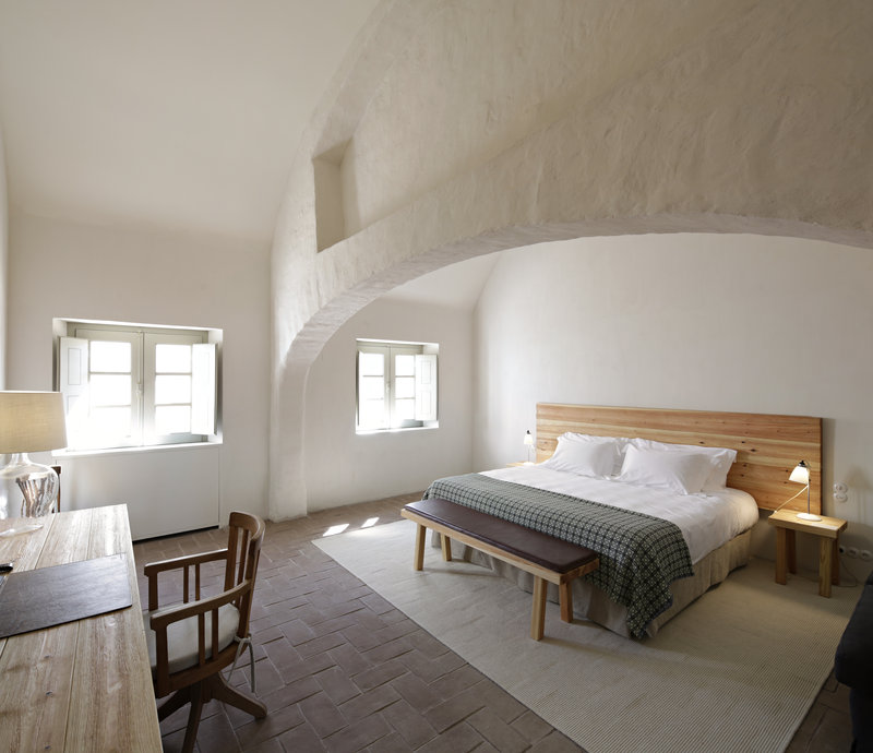 Cottage guest room with beautiful dramatic arch