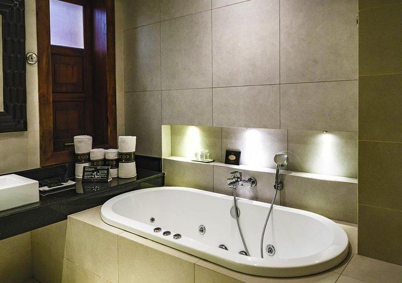 Suite Bathtub