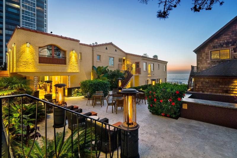 Pantai Inn Courtyard and Lawn