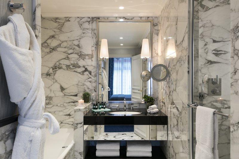 Bathroom Junior Suite and Deluxe Room
