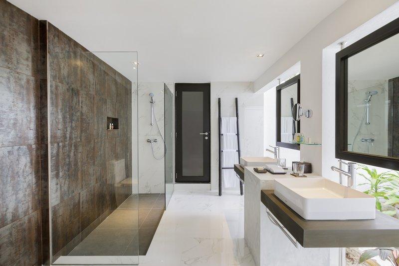 Velassaru Deluxe Villa Bathroom