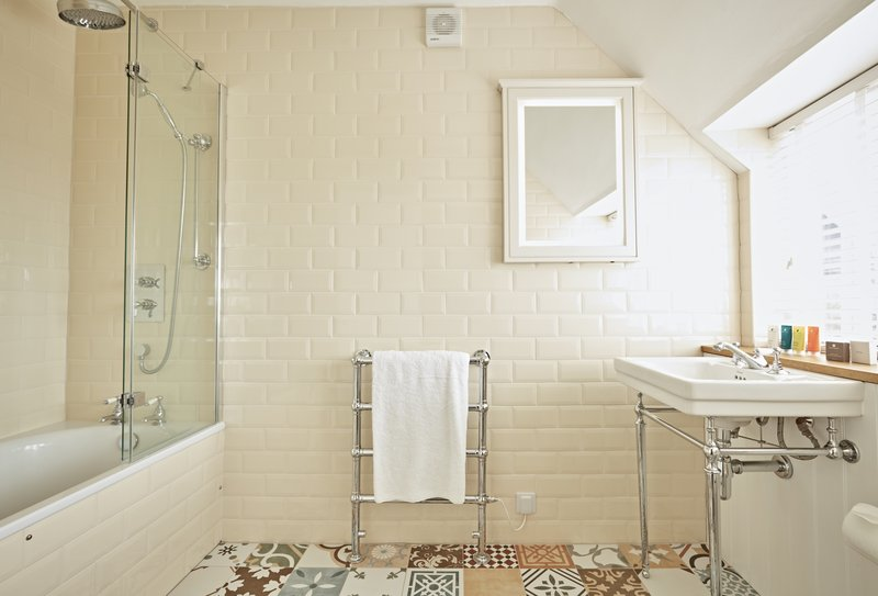 Medium Room Farmhouse Bathroom