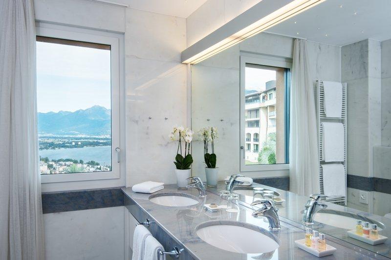 Panorama Corner Suite Bathroom