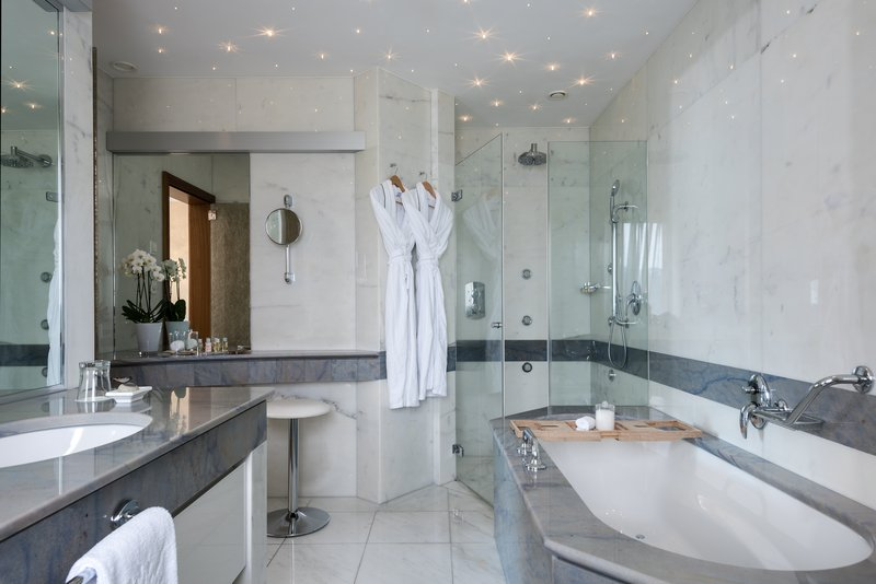 Panorama Corner Suite Terrace Bathroom