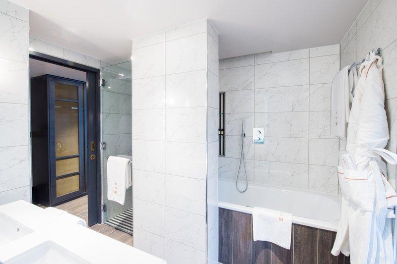 Deluxe Studio Bathroom