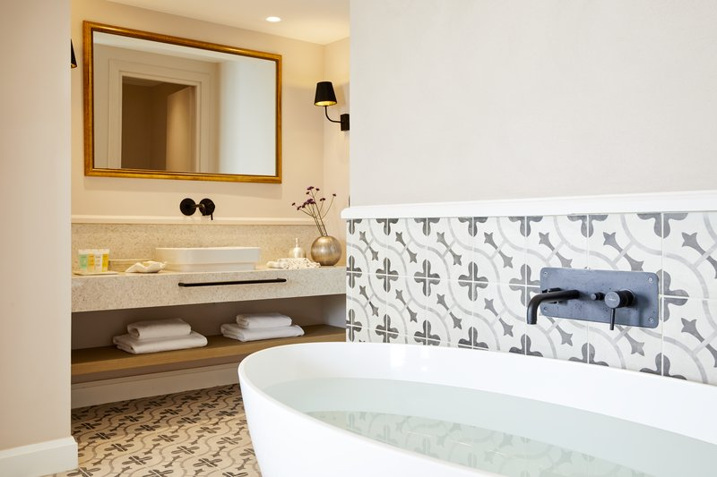 Deluxe Suite Whirlpool Bathroom