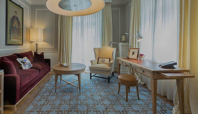 Master Balrcony Suite Livingroom