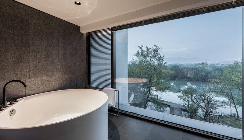 View Room Comfortable Indoor Bathtub