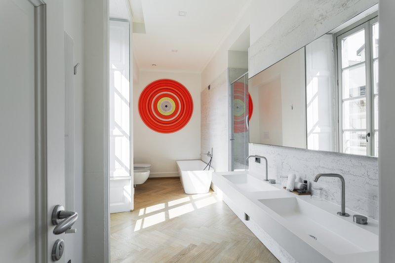 Grand Deluxe Bathroom