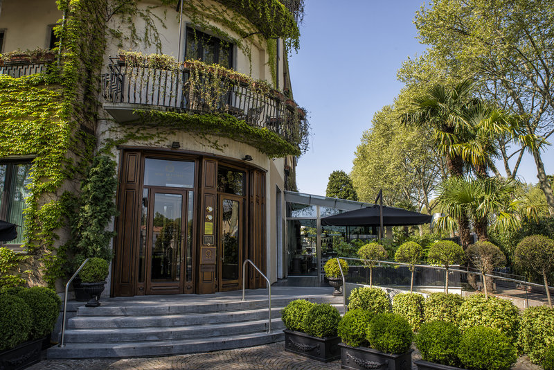 Hotel De La Ville Entrance