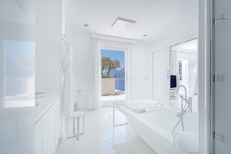 Junior Suite spacious bathroom