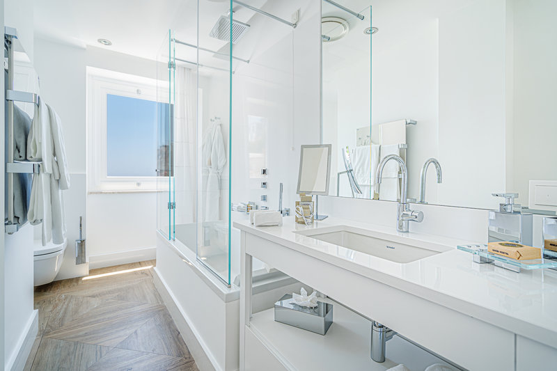 Grand De Luxe Bathroom