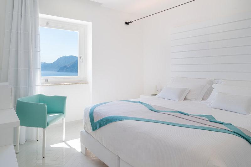 Deluxe Corner Sea View Room - Bedroom area