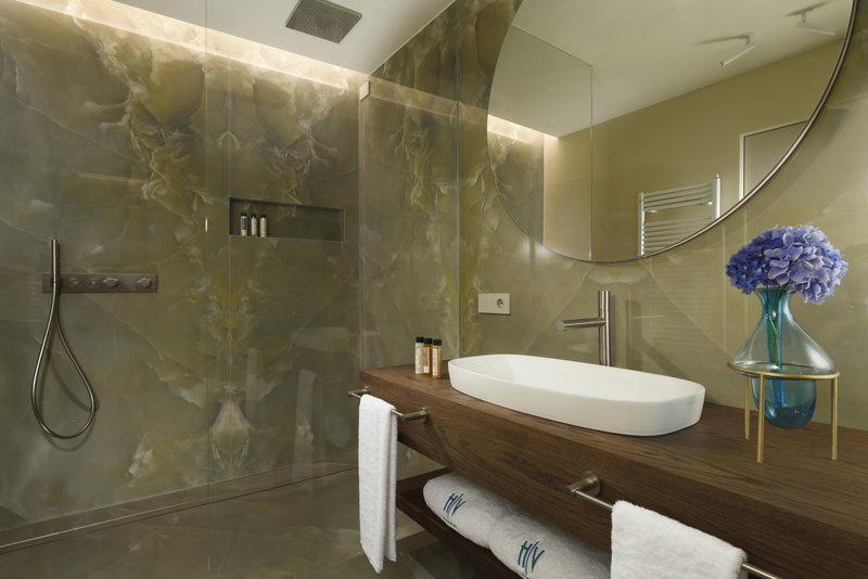 Suite Lake View Bathroom