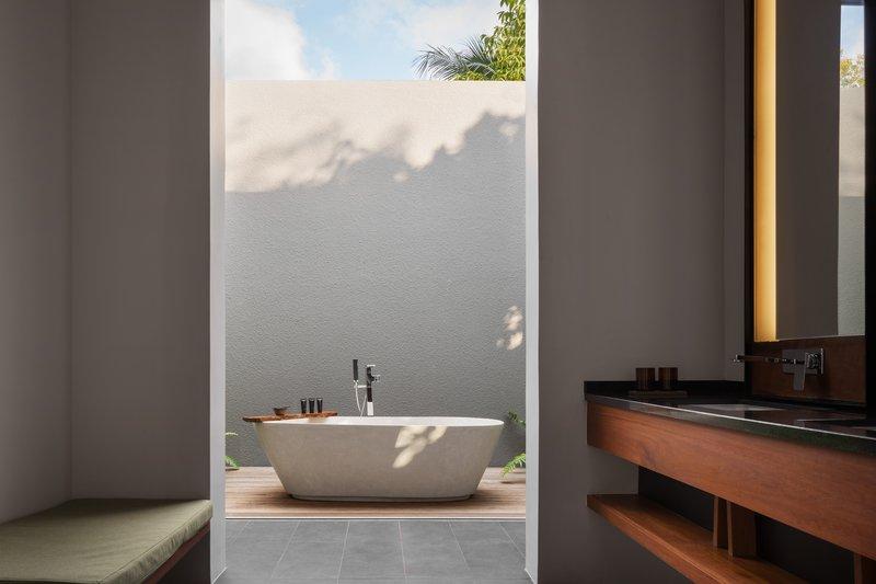 4 Bedroom Beach Front Bathtub