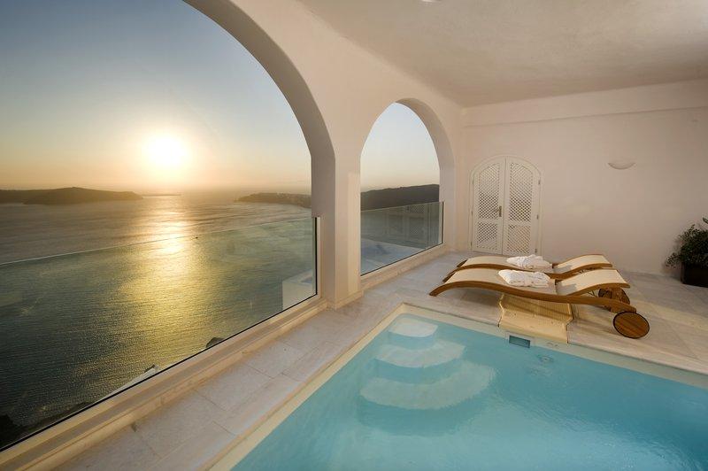 Grand Suite Veranda - Pool Sunbeds & Caldera Views