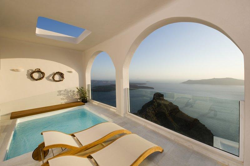 Grand Suite Veranda - Sunbeds & Caldera View