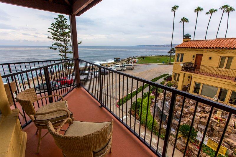 One bedroom ocean view - balcony patio - QOV
