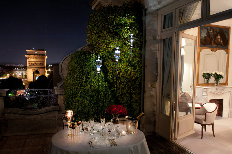 Romantic dinner with a view of the Arc de Triomphe