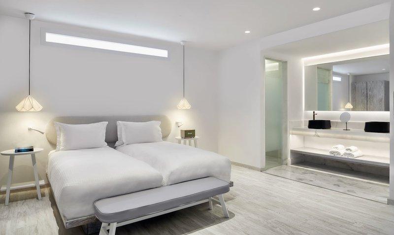 Eccentric Pool Suite - Bedroom