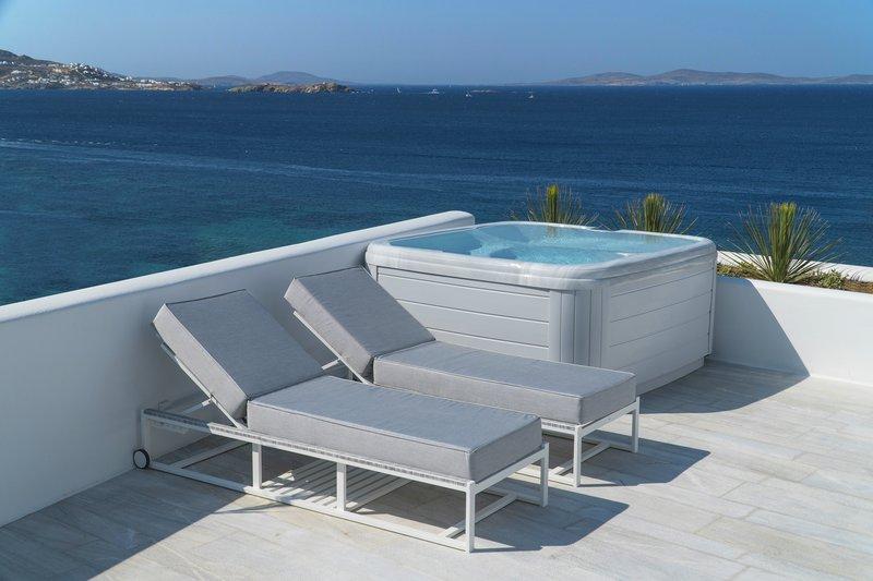 Glam Jacuzzi Retreat terrace