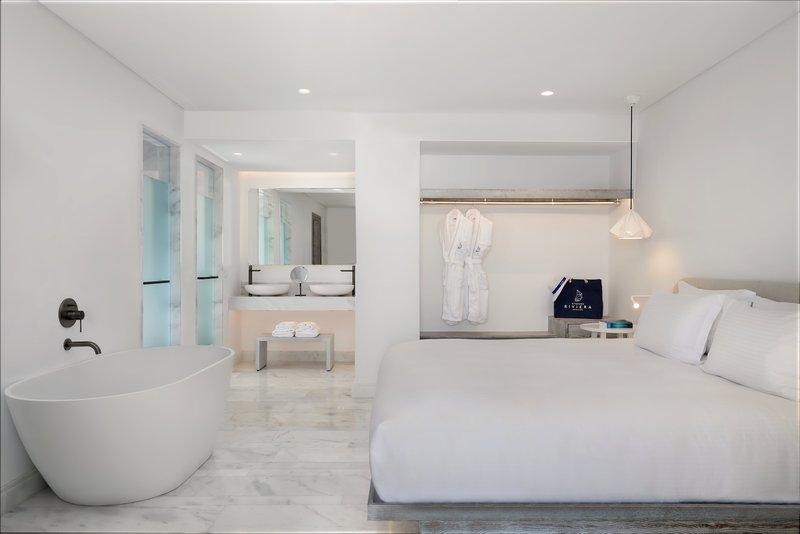 Laveer 1 Bedroom Pool Suite master bedroom