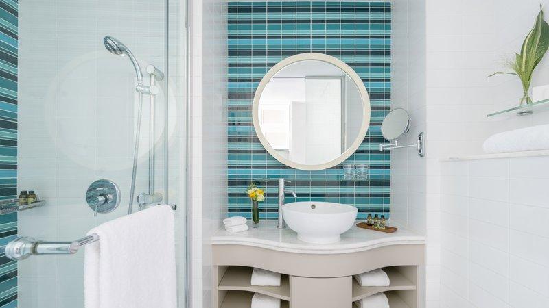 Lanson Place CWB Deluxe Room Bathroom