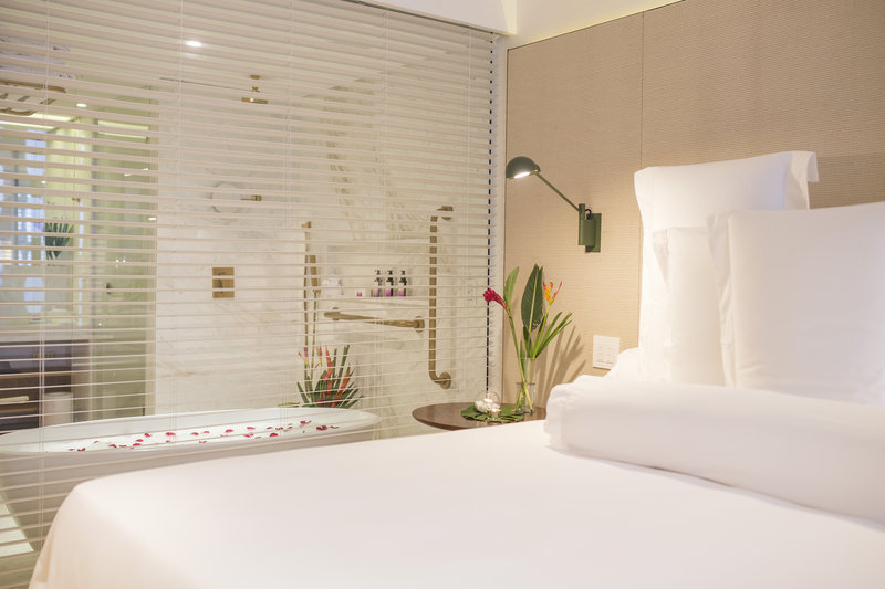 Deluxe Courtyard Bathroom