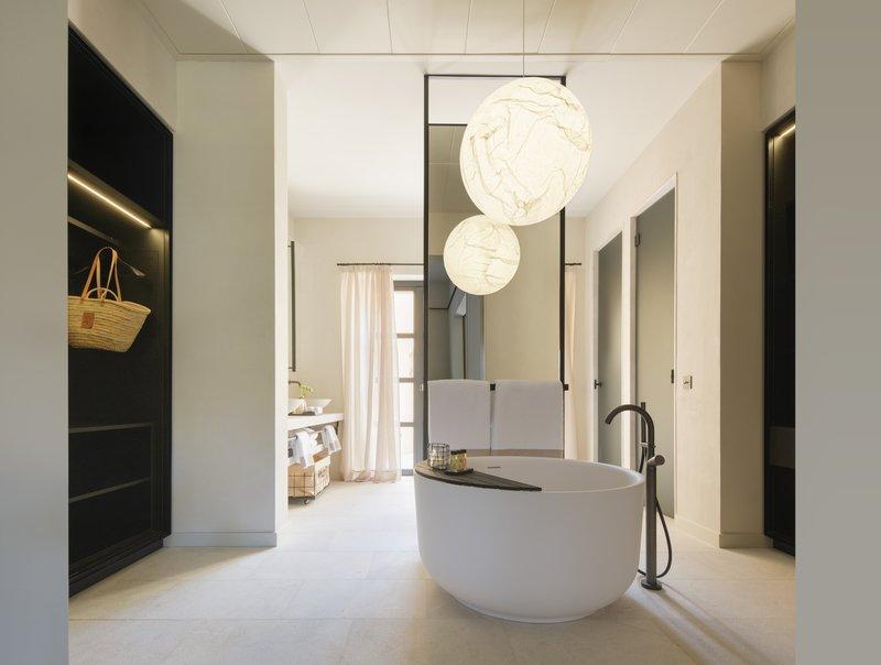 Pool Suite Bathtub